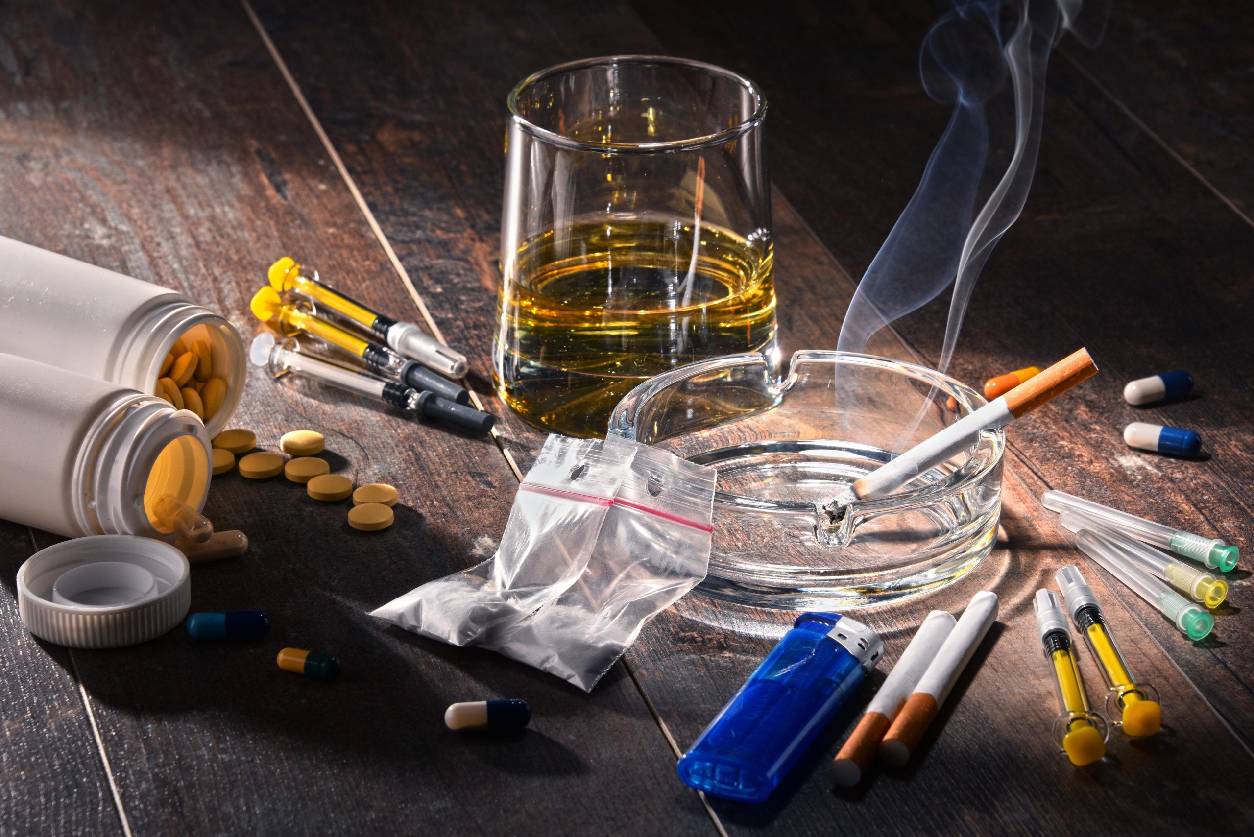 Foto von verschiedenen Suchtmitteln: Alkohol, Zigaretten, Medikamente, Kokain, Heroin,